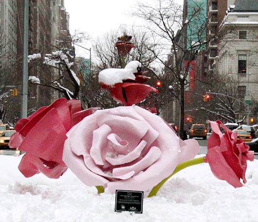 """NYのパーク・アベニューに大きなバラのパブリック・アート、""""The Roses""""展示中_b0007805_15304975.jpg"""