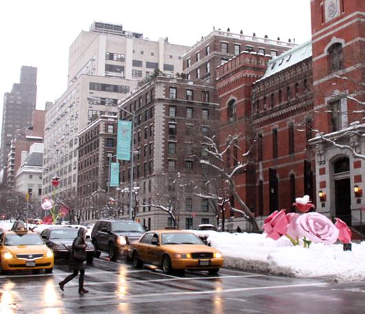 """NYのパーク・アベニューに大きなバラのパブリック・アート、""""The Roses""""展示中_b0007805_15312473.jpg"""