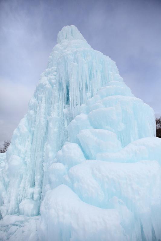 1/28 あいにくのくもり空だが 氷濤は前よりいい出来 綺麗 _a0160581_2125712.jpg