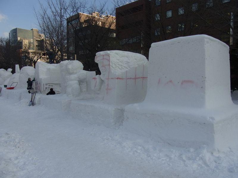 雪祭り直前の大通り会場_c0025115_1854646.jpg