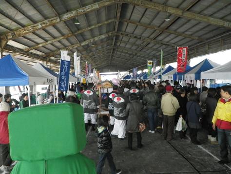 尾鷲イタダキ市に、ヤーヤの賑わいがやってきた_c0010936_2255887.jpg
