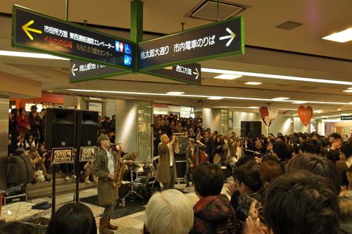 PE'Zの地下ゲリラ・ライヴに西日本熱狂!3月には完売したベスト盤を再リリース!!_e0197970_1957157.jpg