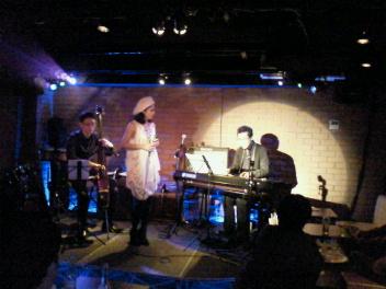 アジアンカフェ満員で楽しく終了しました~。そして本日六本木チャーリーズクラブ出演です。_f0178313_056262.jpg