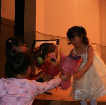 舞台での「花束」や「プレゼント」_f0163730_22251164.jpg