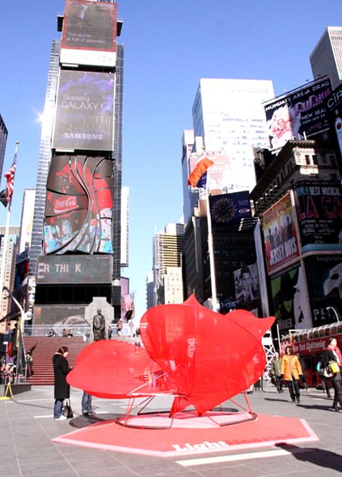 NYのバレンタイン、みんなで支えるハート型のパブリック・アートがついに登場!_b0007805_23464832.jpg