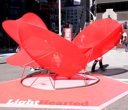 NYのバレンタイン、みんなで支えるハート型のパブリック・アートがついに登場!_b0007805_23475433.jpg