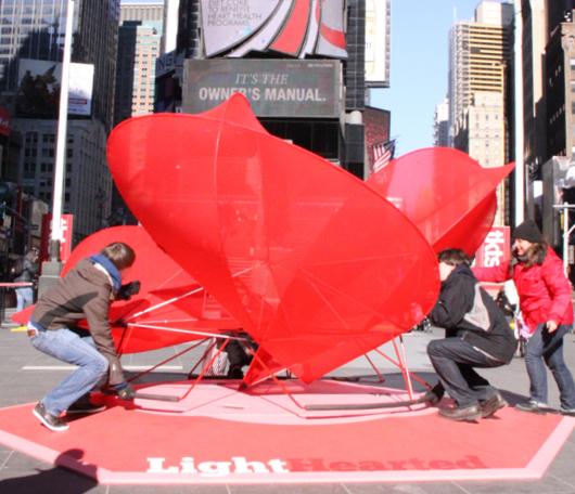 NYのバレンタイン、みんなで支えるハート型のパブリック・アートがついに登場!_b0007805_23481193.jpg