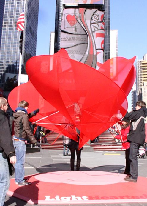 NYのバレンタイン、みんなで支えるハート型のパブリック・アートがついに登場!_b0007805_234921.jpg