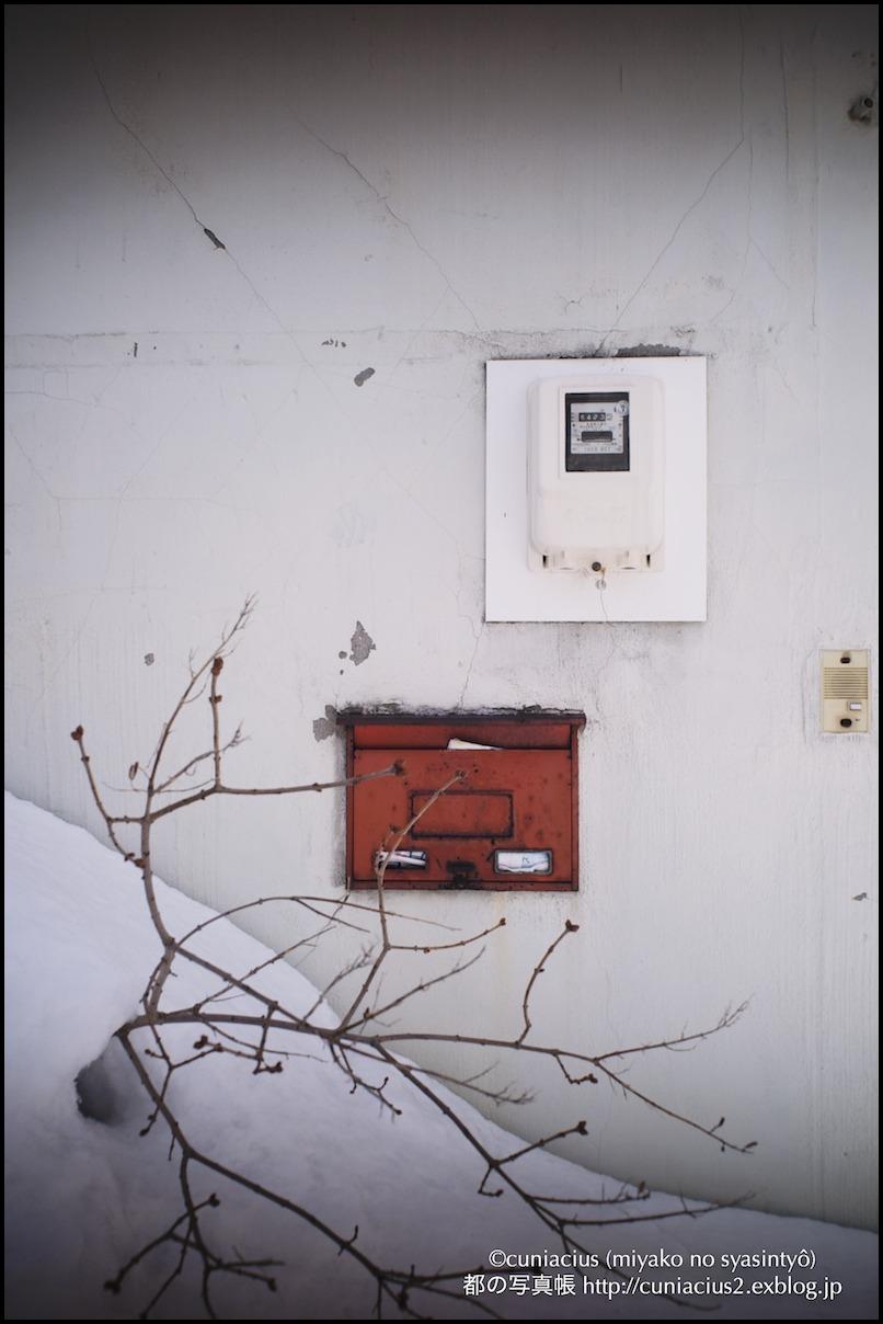 白い壁に埋め込みポスト_f0042194_2217234.jpg