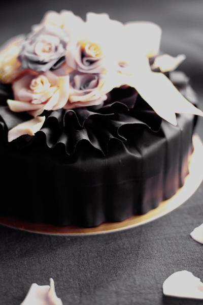 発売前夜祭!薔薇チョコのっけ盛りケーキ_f0149855_1743120.jpg