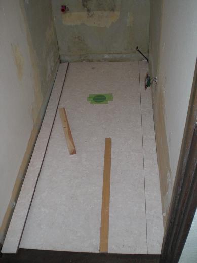 トイレリフォーム ~ 床から壁へと進みます。_d0165368_4371657.jpg