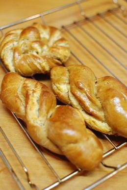 惣菜パン、アーモンドロール_a0175348_18572513.jpg