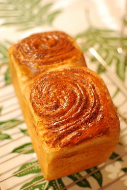惣菜パン、アーモンドロール_a0175348_18575995.jpg