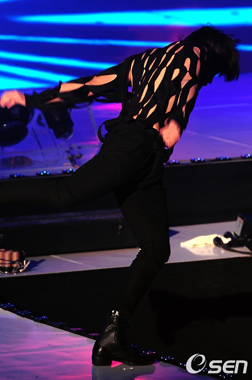 MBLAQ イジュンが舞台から落ちる@@しかし・・・_c0047605_11164676.jpg