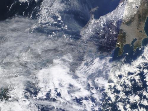 ケムトレイル被爆列島日本:最近空気に白いゴミが混じるのはこのせいか?_e0171614_10471252.jpg