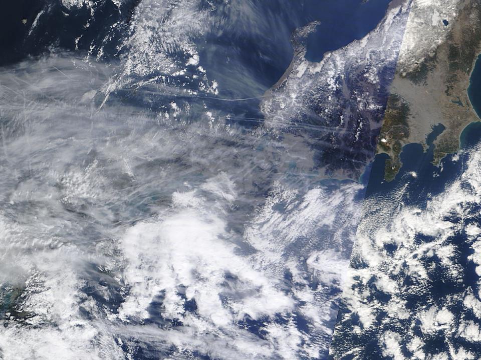 ケムトレイル被爆列島日本:最近空気に白いゴミが混じるのはこのせいか?_e0171614_9353084.jpg