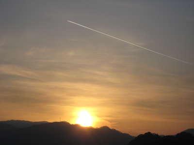 まっすぐ。。。。夕陽の上を。。。。♪ _d0135908_2147127.jpg