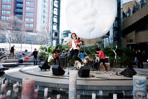 【ライヴレポート】OKAMOTO'Sが岡本太郎生誕100年イベントで新曲をパフォーマンス_e0197970_2182696.jpg