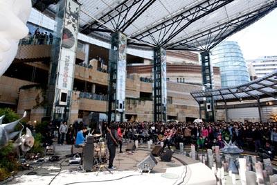 【ライヴレポート】OKAMOTO'Sが岡本太郎生誕100年イベントで新曲をパフォーマンス_e0197970_2185737.jpg