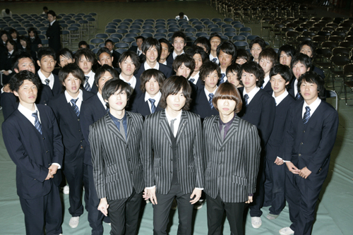 WEAVER、地元・神戸で卒業生へ贈るサプライズライヴを実施_e0197970_042797.jpg
