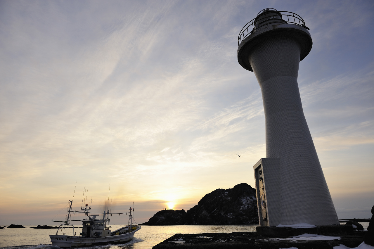 灯台と漁船_e0171886_19501946.jpg