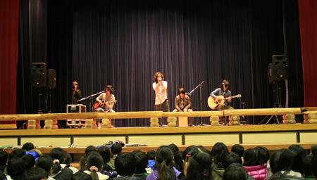 4月にシングルとベストを発表する藍坊主が母校の小学校にサプライズ登場_e0197970_1203777.jpg