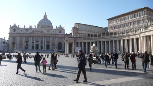 サンピエトロ広場でユキちゃんが見つけたものは?_f0106597_3515469.jpg