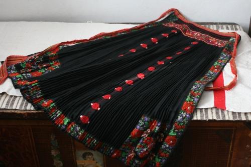 シルクとウール刺繍のエプロン_b0142544_22525091.jpg