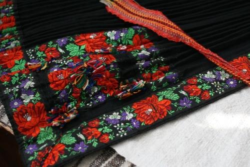 シルクとウール刺繍のエプロン_b0142544_2253401.jpg