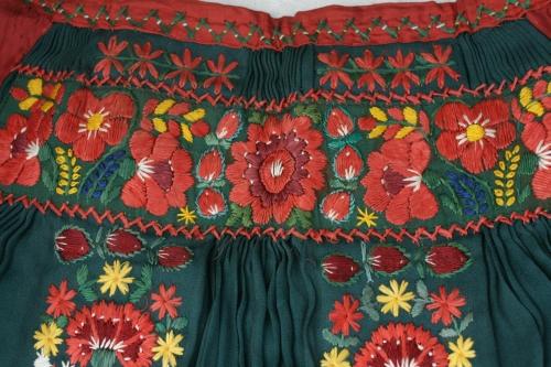 シルクとウール刺繍のエプロン_b0142544_22545437.jpg