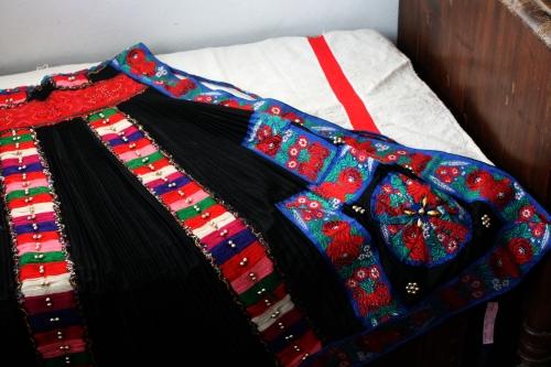 シルクとウール刺繍のエプロン_b0142544_22555343.jpg