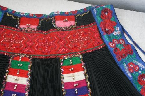シルクとウール刺繍のエプロン_b0142544_2256060.jpg