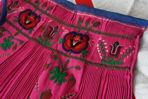シルクとウール刺繍のエプロン_b0142544_22562886.jpg