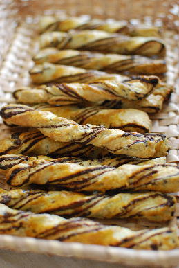 チョコの中華風パイ、アーモンド・クリームパン、ライ麦レーズンパン_a0175348_14261333.jpg