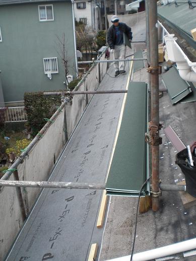 屋根と外壁リフォーム ~金属瓦の重ね葺き中_d0165368_751742.jpg