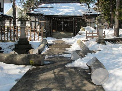 米沢・松岬神社の本殿前の鳥居が倒壊、東北地方太平洋沖地震で、2011.3.13_c0075701_1751322.jpg