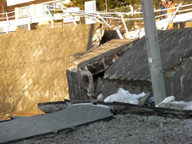 東北地方太平洋沖地震の爪痕①@会津若松市一箕(居合)地区。_c0141989_3272126.jpg