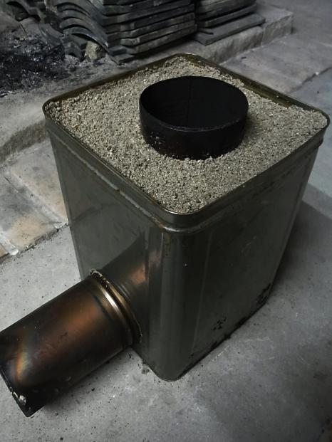 災害対策用ロケットストーブ。一斗缶を使ってコンパクトに…_e0182134_2225889.jpg