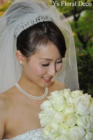 1年越しの結婚式 白いカップ咲きのバラ ラウンドブーケ_b0113510_16241713.jpg