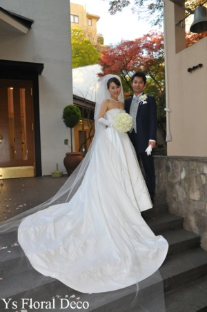 1年越しの結婚式 白いカップ咲きのバラ ラウンドブーケ_b0113510_1624398.jpg