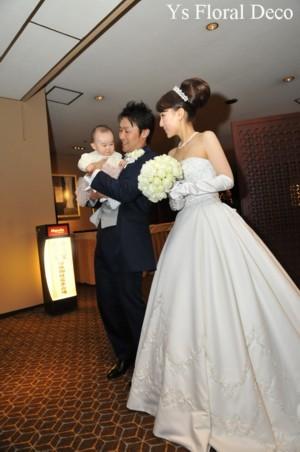 1年越しの結婚式 白いカップ咲きのバラ ラウンドブーケ_b0113510_16522056.jpg