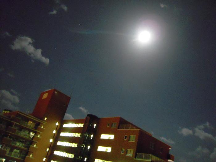 みなさんが「綺麗!」とか「明るーい。」って言うので今日の月を撮ってみました。_e0146210_23464533.jpg