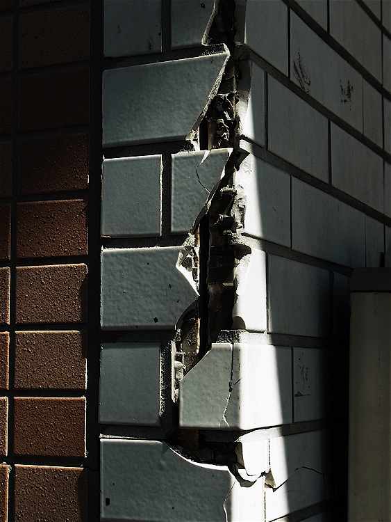 東京でも地震被害(2)_c0156717_11415422.jpg