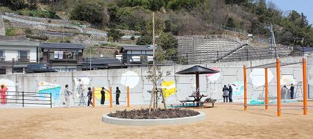 公園の壁に春が来た!_e0175370_23511593.jpg