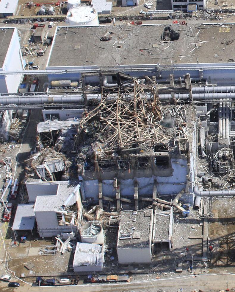 20日と24日の福島第一原発3号機の近接撮影写真_c0025115_2037177.jpg