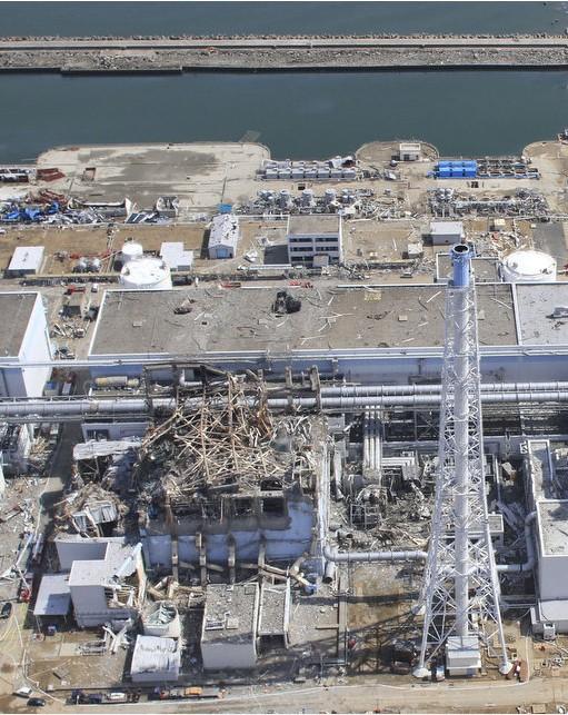20日と24日の福島第一原発3号機の近接撮影写真_c0025115_20372899.jpg