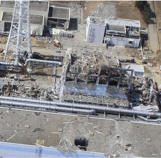 20日と24日の福島第一原発3号機の近接撮影写真_c0025115_2037353.jpg