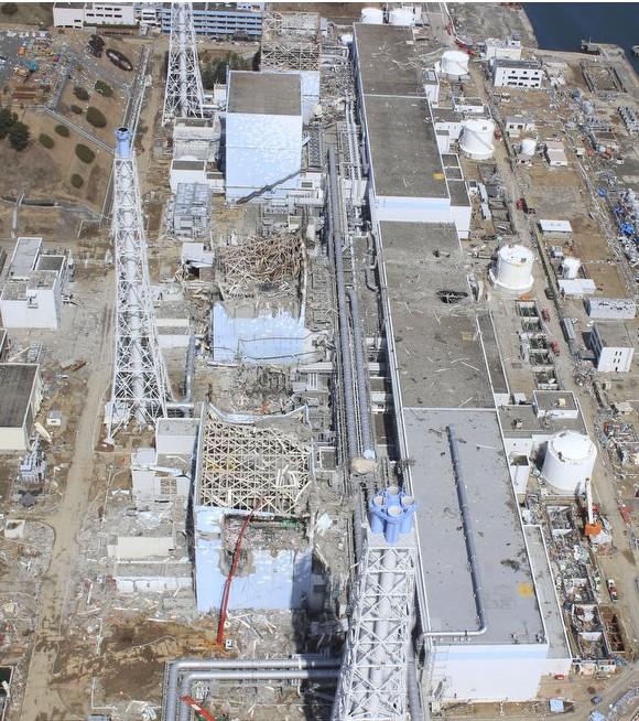 20日と24日の福島第一原発3号機の近接撮影写真_c0025115_20373990.jpg