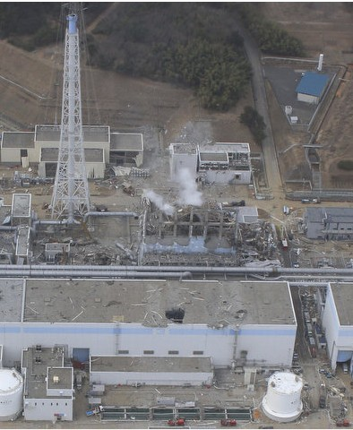 20日と24日の福島第一原発3号機の近接撮影写真_c0025115_20374826.jpg