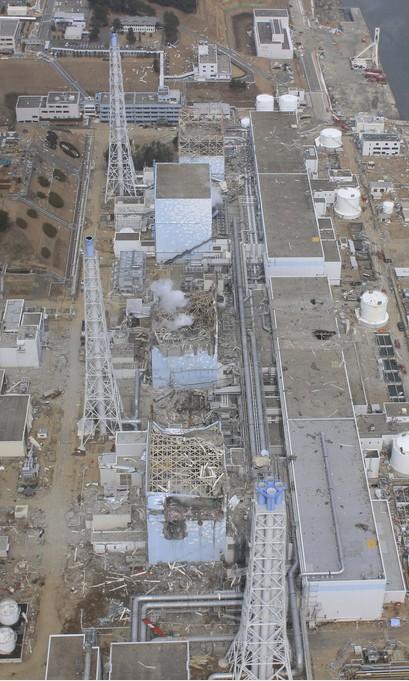 20日と24日の福島第一原発3号機の近接撮影写真_c0025115_2038129.jpg